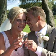 Brudepar drikker champagne