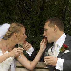 Brudepar spiser jordbær